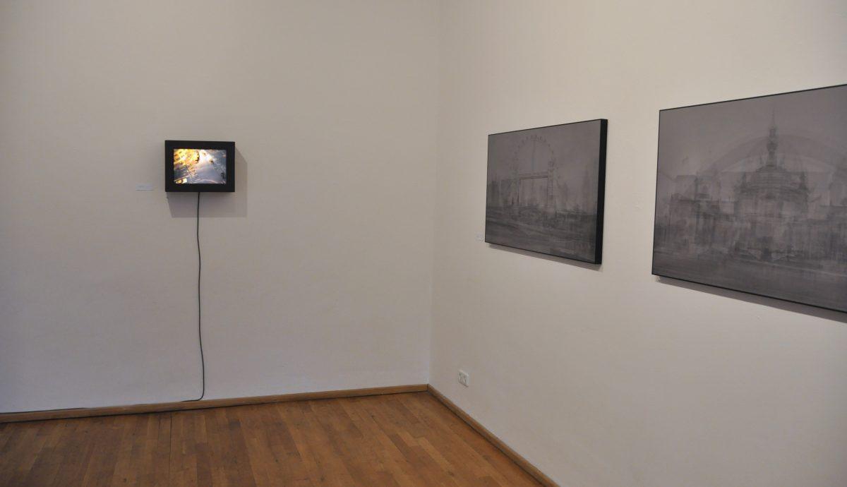 Eine Ansicht der Ausstellung INBETWEEN, Ansicht von einer Tempografie und zwei Fotografien