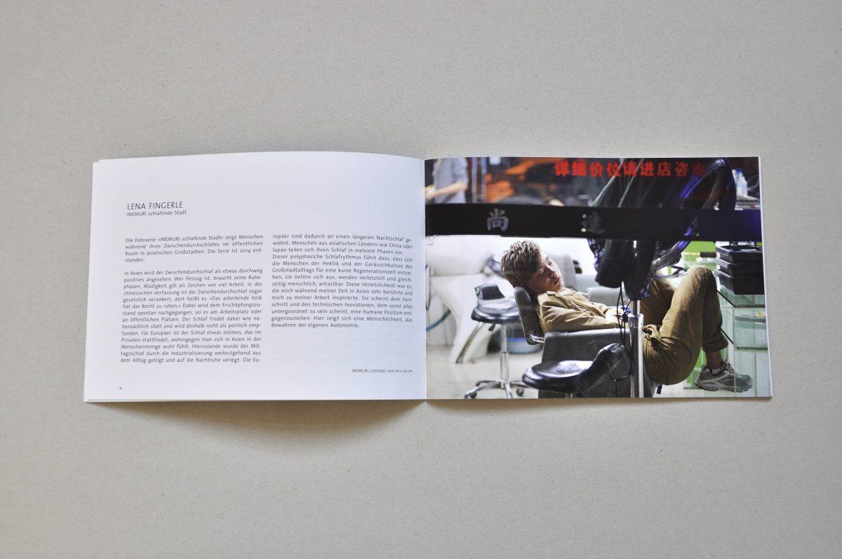 Aufgeschlagener Ausstellungskatalog der Ausstellung IN.BETWEEN, Doppelseite von Lena Fingerle