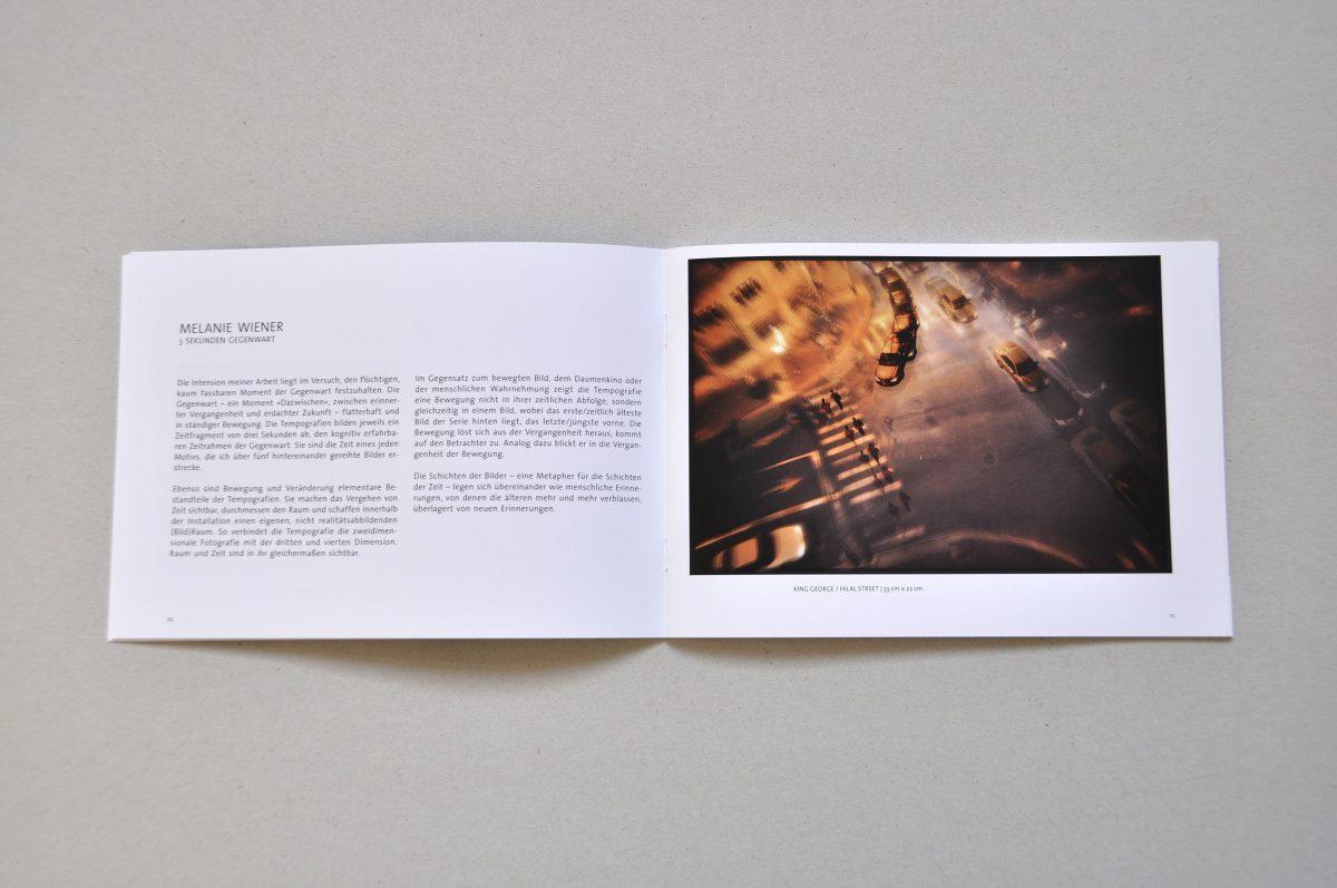 Aufgeschlagener Ausstellungskatalog der Ausstellung IN.BETWEEN, Doppelseite von Melanie Wiener