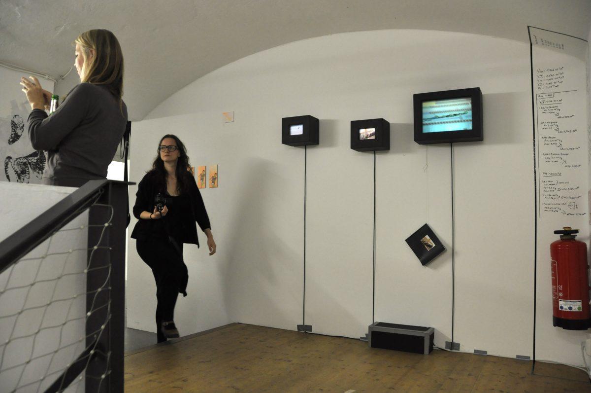 Blick in die Ausstellung: Artists Forum, drei Tempografien neben anderen Kunstwerken