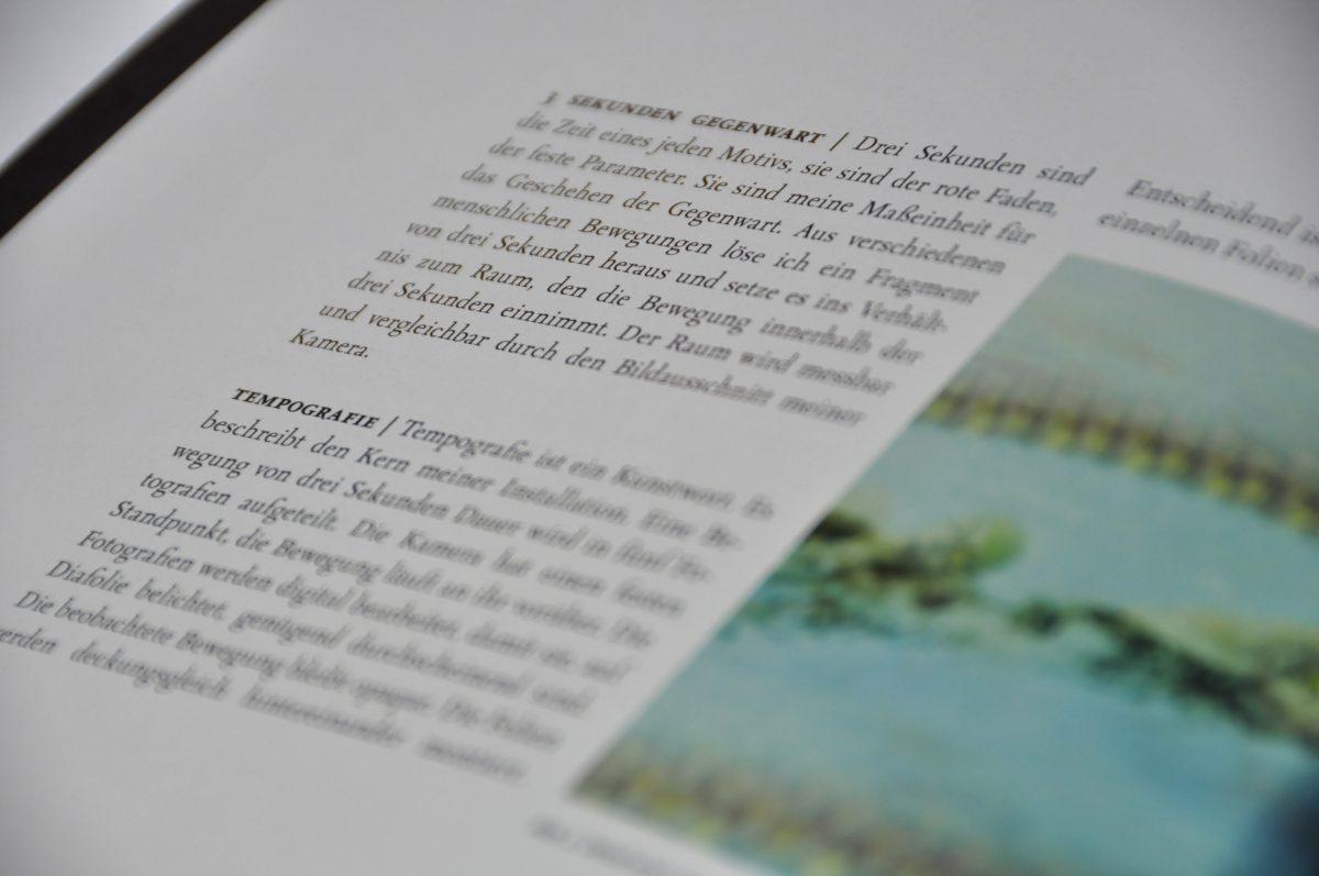 """Zoom in die Schrift des Ausstellungskataltogs """"3 Sekunden Gegenwart. Tempografien"""" in der Galerie F92, Berlin"""
