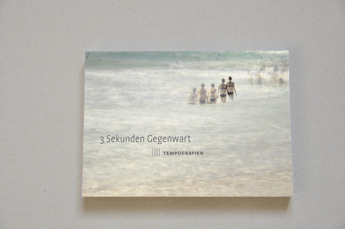 """Postkarte zur Ausstellung """"3 Sekunden Gegenwart. Tempografien"""" in der Galerie F92, Berlin. Motiv: Frau läuft ins Meer"""