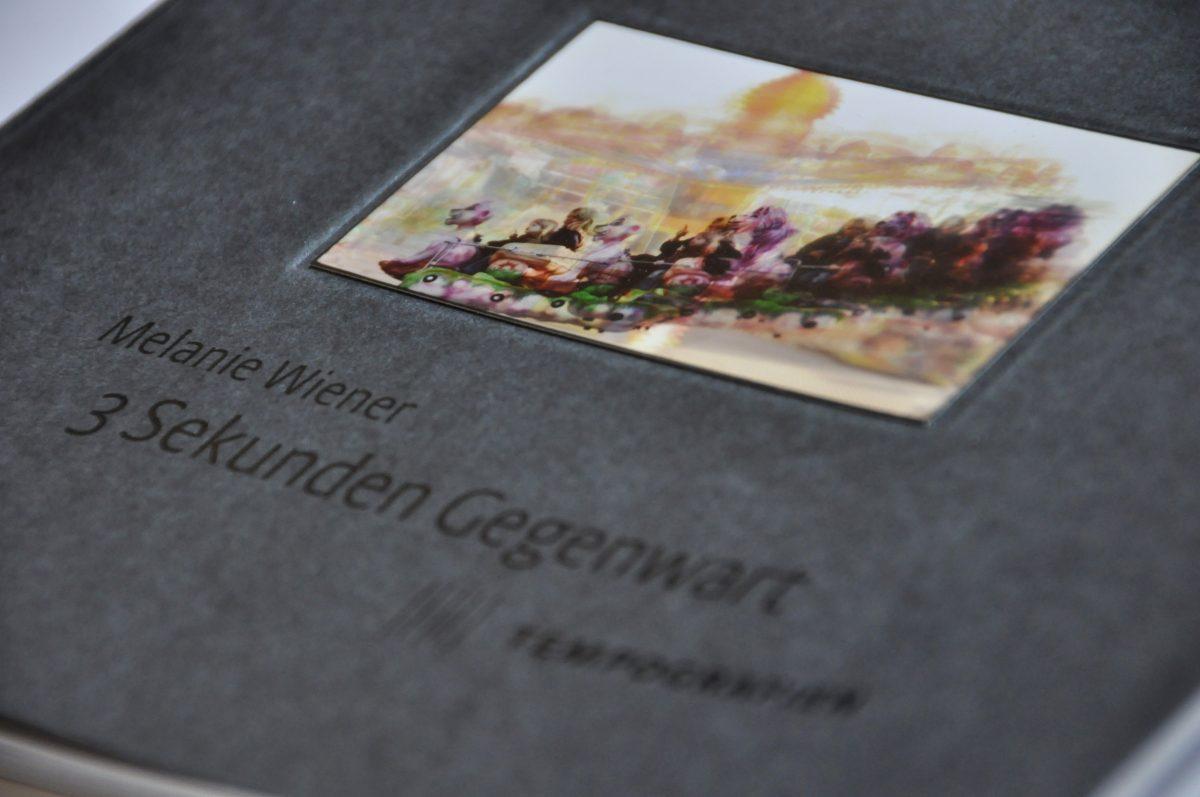 """Detail des Covers des Ausstellungskataltogs """"3 Sekunden Gegenwart. Tempografien"""" in der Galerie F92, Berlin."""