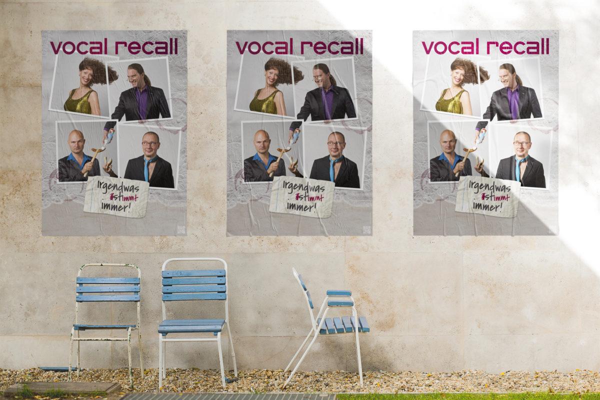 Ansicht des plakatierten Posters auf einer Wand, Portraits der vier Musiker von Vocal Recall auf Tischdecke mit Zettel und Weinglasflecken, Berliner Kabarett-Band